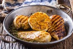 烤烤的鸡胸脯并且烤鸡胸脯用莴苣沙拉蕃茄和蘑菇 库存照片