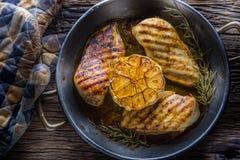 烤烤的鸡胸脯并且烤鸡胸脯用莴苣沙拉蕃茄和蘑菇 免版税库存照片