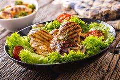 烤烤的鸡胸脯并且烤鸡胸脯用莴苣沙拉蕃茄和蘑菇 库存图片