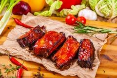 烤烤肉猪排用香料和草本在木板 库存图片