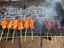 烤烤鸡或烤鸡在木炭格栅 免版税图库摄影