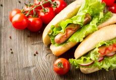 烤热狗用番茄酱和芥末 免版税库存图片