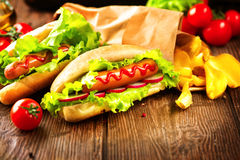 烤热狗用番茄酱和芥末 库存图片