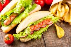 烤热狗用番茄酱和芥末 图库摄影