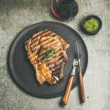 烤热的肋骨眼睛牛排用红葡萄酒,方形的庄稼 免版税库存照片