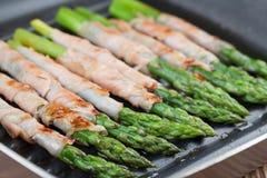 烤熏火腿被包裹的芦笋 免版税库存图片
