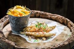 烤熔炼鱼用草本和盐在老桶 免版税图库摄影