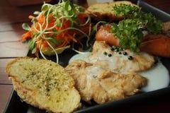 烤牛排、香肠、蒜味面包和沙拉食谱 免版税库存图片