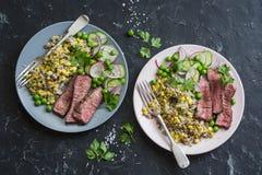 烤牛排和奎奴亚藜玉米墨西哥沙拉在黑暗的背景,顶视图 可口健康平衡的食物 图库摄影