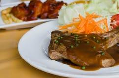 烤牛排和菜沙拉 免版税库存图片