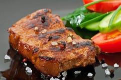 烤牛排和菜 免版税库存图片