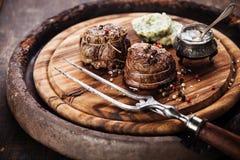 烤牛排小腓厉牛排和草本黄油 免版税库存图片
