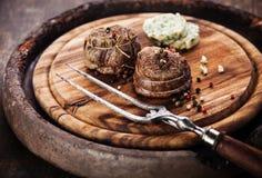 烤牛排小腓厉牛排和草本黄油 免版税库存照片