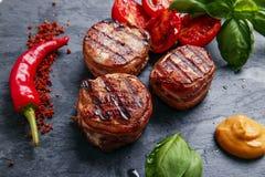 烤牛排小腓厉牛排被包裹的烟肉 免版税库存图片