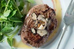 烤牛排用块菌、绿色和叉子 库存照片