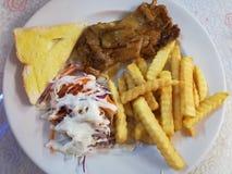 烤牛排用提取乳脂的沙拉和法语在白色盘油煎了 图库摄影