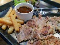 烤牛排用辣调味汁柠檬,泰国样式食物 免版税库存图片