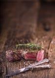 烤牛排用迷迭香、盐和胡椒在老切板 贝多芬 库存照片