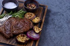 烤牛排黑色安格斯和菜 库存照片
