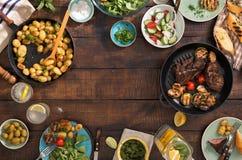 烤牛排,菜,土豆,沙拉,快餐, hom框架  免版税图库摄影