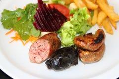 烤牛肉和典型的阿根廷加调料的口利左香肠 免版税库存照片