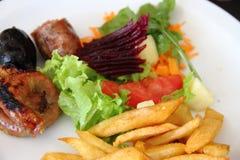 烤牛肉和典型的阿根廷加调料的口利左香肠 库存照片
