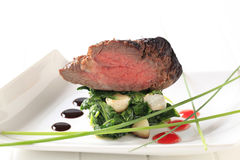 烤牛肉和菠菜叶子 免版税库存图片