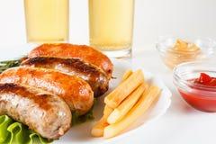 烤牛肉或鸡香肠在板材 库存照片