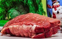 烤牛肉未加工圣诞节背景假日烹调 免版税图库摄影