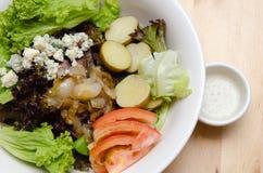 烤牛肉沙拉用蕃茄,土豆,葱 免版税库存照片