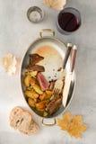烤牛肉牛排用在平底锅的土豆用红葡萄酒 库存照片