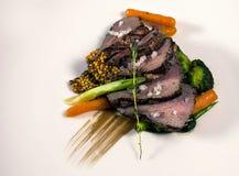 烤牛肉用红萝卜、硬花甘蓝、麝香草和五谷芥末 免版税库存图片