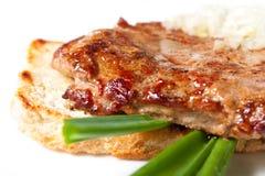 烤牛肉用葱和多士 免版税库存图片