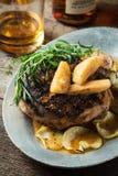烤猪排用波旁酒加了香料槭树苹果供食与r 免版税库存图片