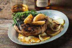烤猪排用波旁酒加了香料槭树苹果供食与r 图库摄影