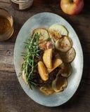 烤猪排用波旁酒加了香料槭树苹果供食与r 库存照片