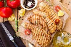 烤猪肉一片无骨的肉用迷迭香和西红柿 免版税库存照片