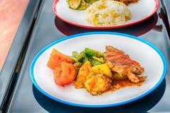 烤猪肉炸肉排用菠萝和薄菏沙拉, 免版税库存图片
