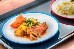 烤猪肉炸肉排用菠萝和薄菏沙拉, 图库摄影