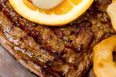 烤猪肉牛排与装饰 免版税库存图片