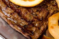 烤猪肉牛排与装饰 库存图片