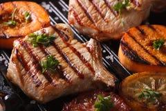 烤猪肉牛排和南瓜在格栅 水平的宏指令 库存图片