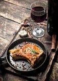 烤猪肉牛排用红葡萄酒 库存照片
