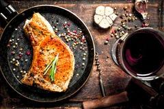 烤猪肉牛排用红葡萄酒 免版税库存照片