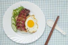 烤猪肉用米和煎蛋卷 免版税库存照片