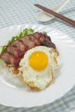 烤猪肉用米和煎蛋卷 库存图片