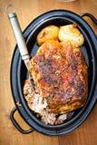 烤猪肉肩膀用在小汤的葱 库存图片