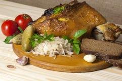 烤猪肉腿服务用德国泡菜 图库摄影