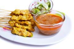 烤猪肉Satay用花生调味汁和醋。 库存照片