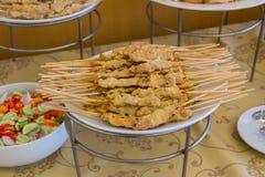 烤猪肉satay用花生调味汁和醋在桌上 库存图片